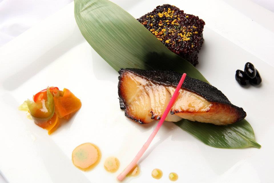Подаётся рыба со сладким ягодным соусом – вместе получается необыкновенно вкусно.